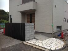 琉球石灰岩の敷かれたアプローチ。