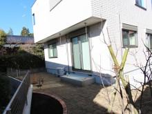 芝を張ったお庭にはレンガで縁取った花壇や実のなる樹木を植栽