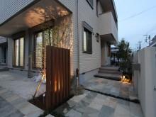 小田原市 外構施工例 自然石調タイルのアプローチ 角柱立てにシンボルツリー