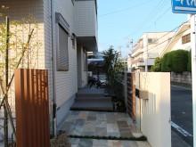 小田原市 外構施工例 自然石タイル貼りのアプローチ 角柱立てで目隠し