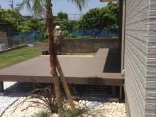 サンゴ砂利を使用した南国テイストのお庭。ヤシ科のフェニックスでよりリゾートな空間に