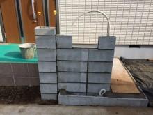 コンクリートブロックを積んで門袖の基礎を作ります