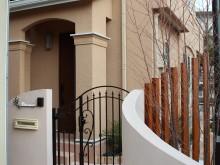 アイアン調の門扉でヨーロピアンスタイルの門まわり