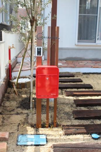 角柱立ての門柱に赤いポストを付けてアクセント