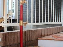 赤い水栓がアプローチとマッチ!蛇口も2口だから便利です。