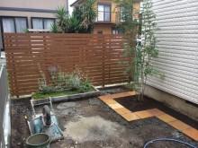 スタンダードフェンスを立て、樹木も植えていきます