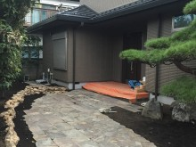 みかも石の土留めとジャワ鉄平石のアプローチ。あとは植栽を添えて和風のお庭の完成です。