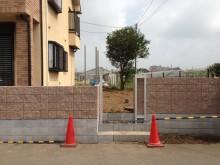 化粧ブロック積の後にフェンスを設置していきます。