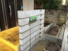 コンクリートブロックを積んで凹みのある門袖の基礎を作っていきます