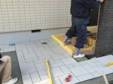 アプローチに方形乱貼りしたタイル、アレスを使用した玄関廻り