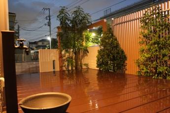 フェンスの裏は緑も楽しめるプライベートガーデン