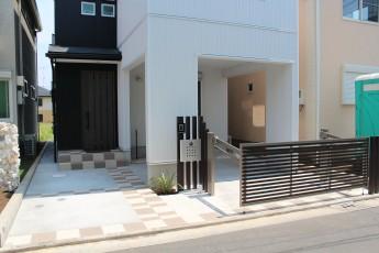 ビルトインガレージに跳ね上げ門扉を付けて、玄関先はオープンに