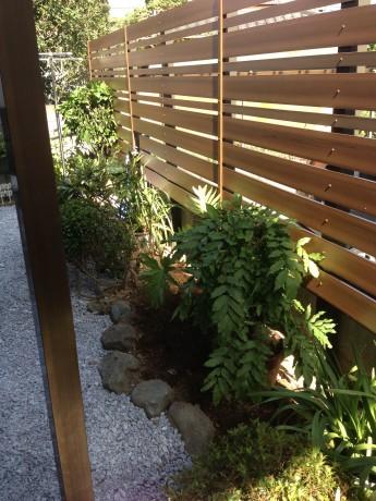 既存の植栽をフェンスの足元に植栽