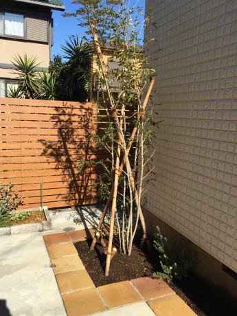メイクランドのサンドストーン(硬質砂岩)ミックスイエローを縁取りに使用した花壇