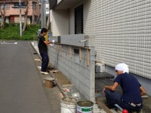 平塚市 門まわり アプローチ 門袖下地 タイルを貼っていきます。