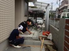 小田原市 外構施工例 アプローチにつながるポーチ 自然石調タイル貼り作業