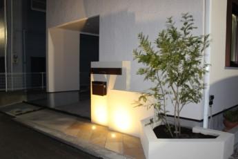 湯河原町のライトアップ施工例 門袖前に埋め込んだ照明で影も楽しむ