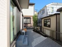 横浜市 庭の施工事例 砂利敷きにピンコロ縁取りの植栽スペース