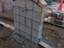 立水栓の基礎に笠木をのせて形が見えてきました。