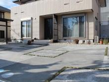 ピンコロで波紋とタマリュウのスリットの入った駐車場の床面