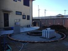 レンガ縁取りのサークル サークル内はスタンプコンクリートを打設
