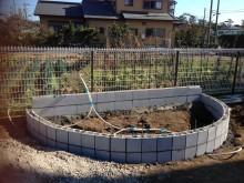 ウッドベンチの下地はコンクリートブロックを半分にしたものをゆるやかにずらして設置していく