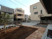 広いお庭はアプローチをインターロッキング。植栽スペースを残し自分で菜園などが楽しめます。