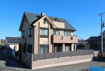 寒川町のフェンス施工例は、見えにくいタイプのジオーナを設置。ブロックに合わせて茶色でまとめました。