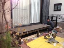 リクシルの樹脂デッキ、樹ら楽ステージの床面がまず完成 クリエダークを使用