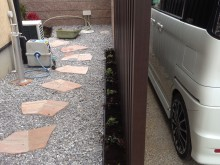 玄関前の角柱の後ろからは飛び石風の自然石の乱貼りを貼ってあります。