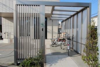 縦格子のGフレームを使った門袖 メタリックな輝きで箱形住宅にぴったり