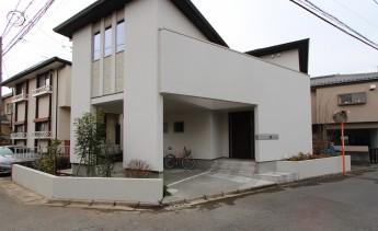 ビルトインガレージの建物と特注の表札で外構と住宅が一体になった施工例