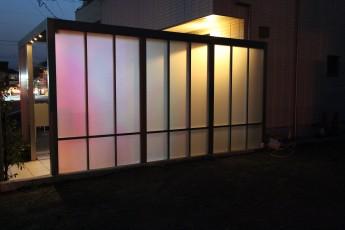 駐輪場と玄関周りを隠すGスクリーン。光が幻想的です。
