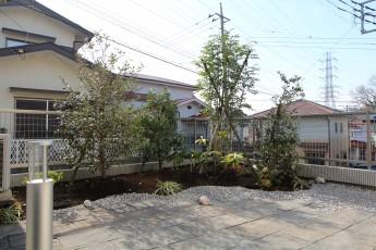 自然石平板のテラスに植栽と照明がプラスされてローメンテナンスのお庭になりました