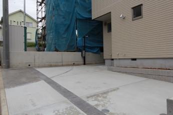 タイルとピンコロのラインで変化を付けた駐車場