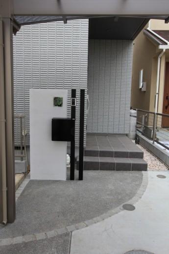 白い門袖に角柱で空間を付けて。ブラックの色使いでも空間があるから重たくない。
