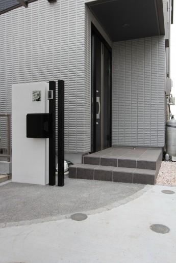 塗り壁と角柱を使った門袖。黒い角柱ですが隙間があるから重たく見えない
