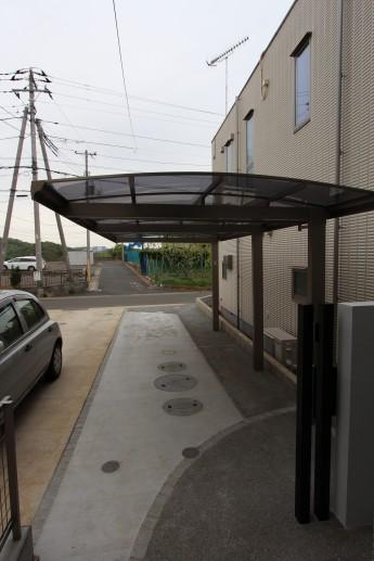 縦長の敷地は車も人も通れるようにする必要があります。