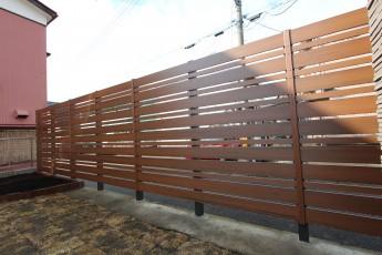 F&Fのマイティウッドフェンスは人工木で管理が楽です