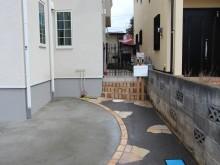 駐車場兼アプローチを通ると角柱立ての門柱が出迎えます。