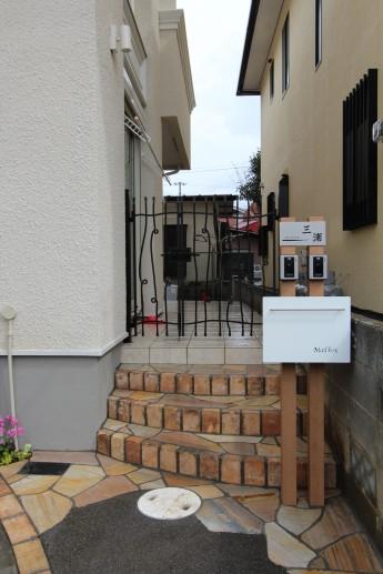 レンガの階段にアイアン調の門扉でおしゃれな門まわり