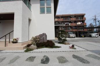 既存景石を再利用した和風ガーデン アプローチから小庭が楽しめます。