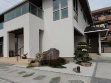 玄関前の和風ガーデン 広いお庭にポイントを絞って玄関周りを華やかに