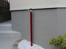 スマート&スタイリッシュな立水栓はオンリーワンのジラーレ 落ち着いた赤が上品です