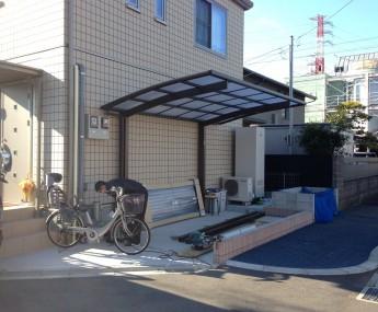 カーポートは設置されていたものの、歩道に車庫がむき出しでした