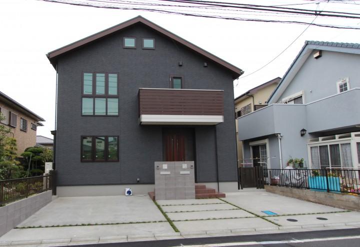 2世帯住宅のオープンな外構 駐車場がオープンなので停めやすい