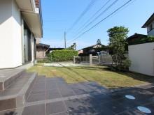 アプローチからは芝がはられた庭と駐車場が見えます。