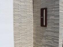 門袖には建物と同じタイルのセラビオを使用