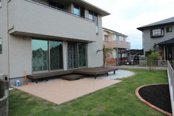 樹脂デッキ、エバーエコウッドを使用した広いお庭