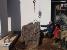 小庭の大事なポイントとなる景石を据える作業